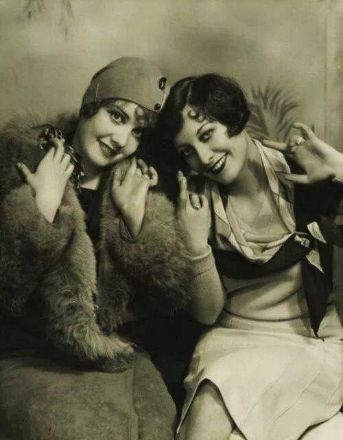 Fotografi fra 1920-tallet av to kvinner med kort hår