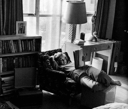 Marilyn Monroe i fotøljen med bok