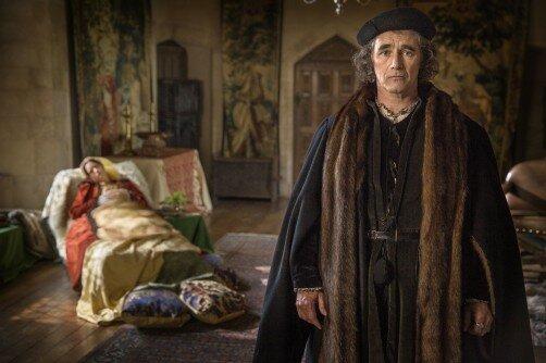 Mark Rylance som Thomas Cromwell, fra TV-serien Wolf Hall. Anne Boleyn ligger i bakgrunnen.