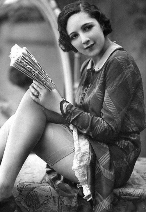 Vintagefoto av kvinne som leser.